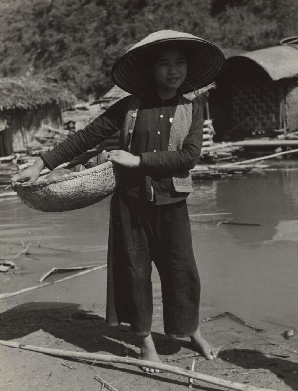 Ján Cifra - Vietnam - portréty. Ide sa umývať riad