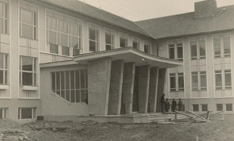 Vladimír Dedeček, Neznámy autor - Bližšie neznáma základná škola (50.te roky). Detailný pohľad na vstupnú fasádu vo výstavbe.