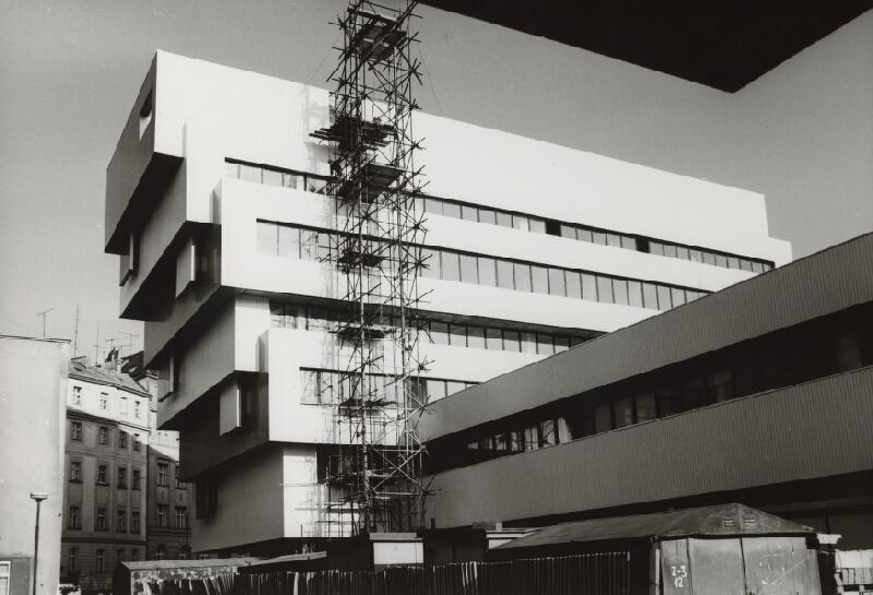 Vladimír Dedeček, Neznámy autor - Rekonštrukcia a dostavba Slovenskej národnej galérie v Bratislave. Pohľad na administratívnu budovu a priestory knižnice počas výstavby.