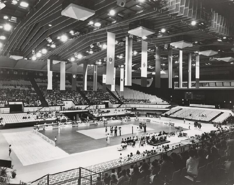 Vladimír Dedeček, Neznámy autor - Viacúčelová športová hala v Ostrave – Vítkoviciach. Pohľad do interiéru haly počas zápasu.