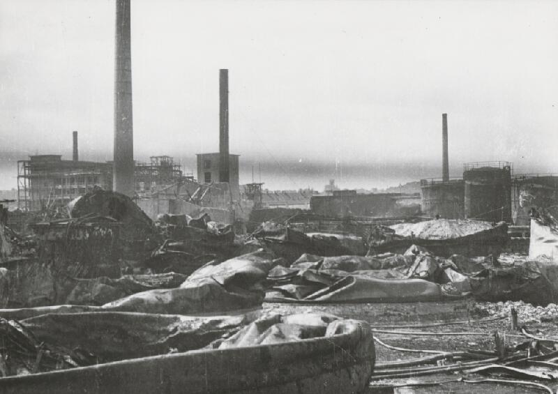 Pavol Poljak - Bratislava. Rafinéria Apollo a prístav po bombardovaní I.