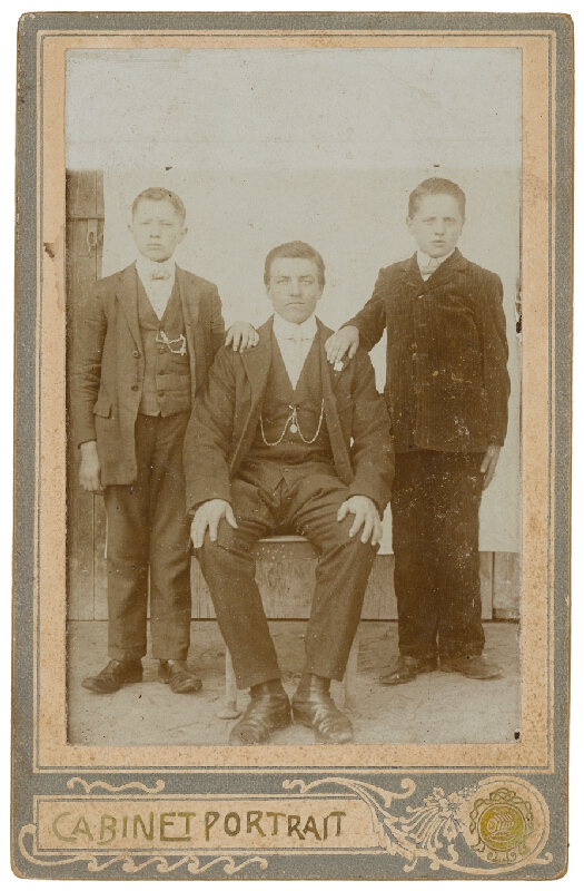 Ateliér Souvenir – Portrét muža s dvoma chlapcami