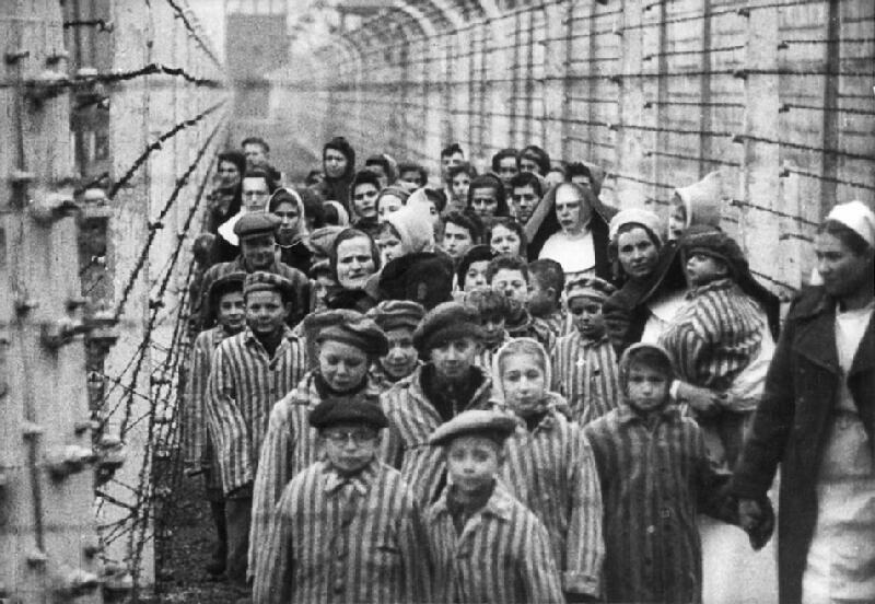 Neznámy autor - Po oslobodení koncentračného tábora Auschwitz – Birkenau v Osvienčime. V popredí Ľudovít Feld – v okuliaroch