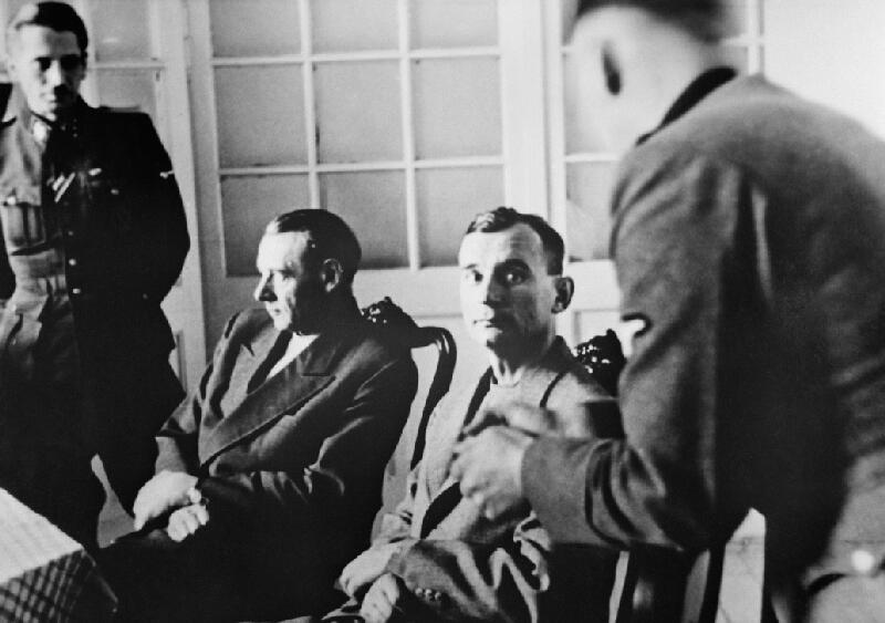 Neznámy autor - Generál Rudolf Viest a generál Ján Golian pri výsluchu v Bratislave