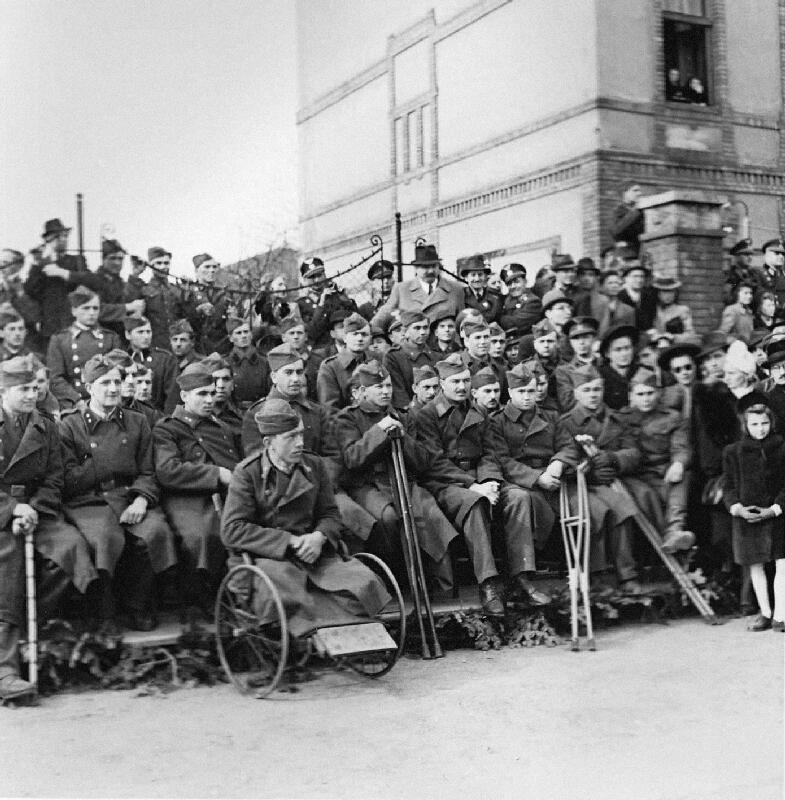 Koloman Cích - Oslavy štvrtého výročia štátnej samostatnosti - pohľad na vojenských veteránov z východného frontu
