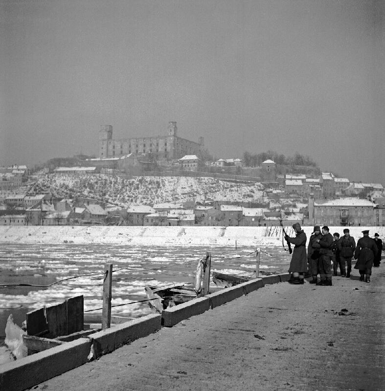 Jozef Nový - Stavba pontónového mostu cez Dunaj vojakmi Červenej armády